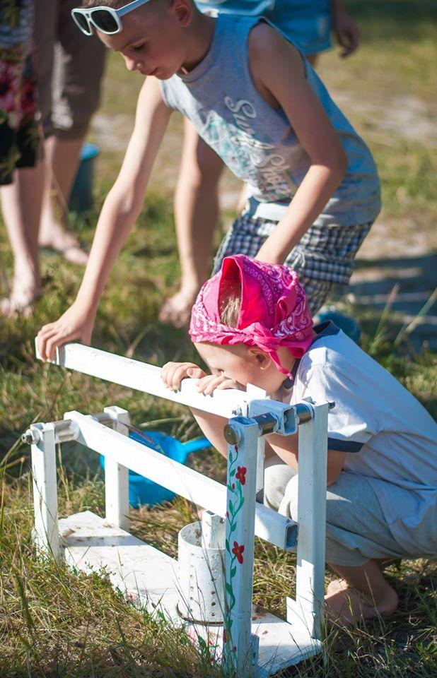 Наймолодші учасники табору роблять паливні брикети з листя та макулатури