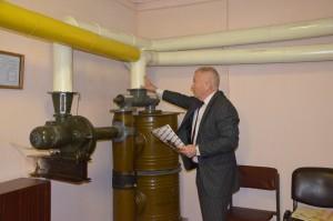 Начальник штабу демонструє роботу вентиляції сховища